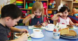 В столичные школы и детсады поставляли просроченные продукты питания